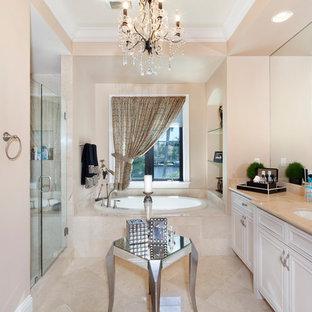 Exotisk inredning av ett stort orange oranget en-suite badrum, med luckor med infälld panel, vita skåp, en dusch i en alkov, beige väggar, klinkergolv i porslin, ett nedsänkt handfat, bänkskiva i akrylsten, beiget golv och dusch med gångjärnsdörr