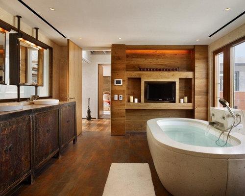Salle de bain industrielle avec des portes de placard en for Salle bain sombre