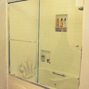 Esempio di una grande stanza da bagno con doccia ad angolo, piastrelle in ceramica e pareti nere