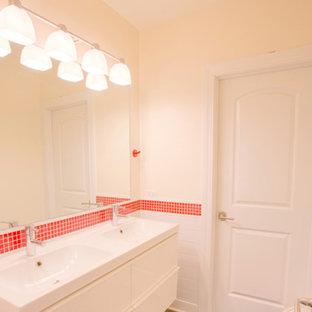 Foto di una stanza da bagno con doccia chic di medie dimensioni con ante lisce, ante bianche, piastrelle rosse, piastrelle bianche, piastrelle diamantate, pareti beige, pavimento in cemento, lavabo integrato, top in superficie solida, pavimento grigio e top bianco