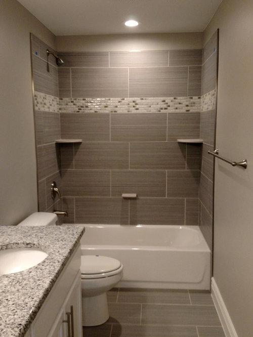 salle de bain avec une baignoire d 39 angle et des portes de placard blanches photos et id es. Black Bedroom Furniture Sets. Home Design Ideas