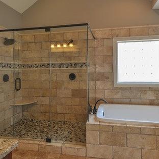 Ispirazione per una stanza da bagno padronale mediterranea di medie dimensioni con ante in legno scuro, pareti beige, top in granito, vasca da incasso, doccia ad angolo, piastrelle beige, piastrelle in travertino, pavimento in travertino, pavimento beige e porta doccia a battente