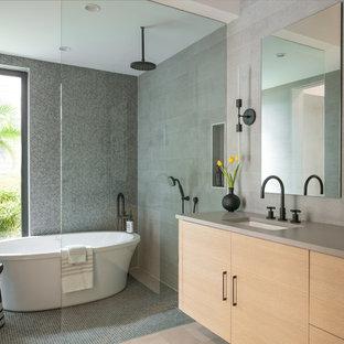 Diseño de cuarto de baño principal, actual, sin sin inodoro, con armarios con paneles lisos, puertas de armario de madera clara, bañera exenta, lavabo bajoencimera, suelo gris, ducha abierta, paredes marrones, suelo con mosaicos de baldosas y encimeras grises