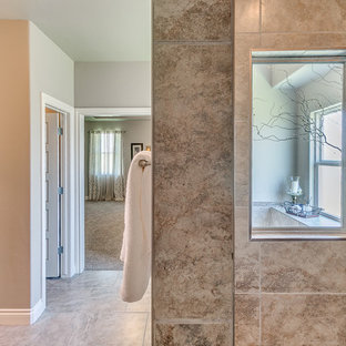 Foto de cuarto de baño principal, de estilo americano, grande, con armarios con paneles con relieve, puertas de armario con efecto envejecido, bañera encastrada, ducha empotrada, sanitario de dos piezas, paredes beige, suelo de baldosas de cerámica y lavabo bajoencimera