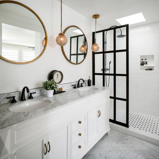 サンフランシスコの中くらいのモダンスタイルのおしゃれなマスターバスルーム (落し込みパネル扉のキャビネット、白いキャビネット、オープン型シャワー、分離型トイレ、白いタイル、サブウェイタイル、白い壁、大理石の床、アンダーカウンター洗面器、大理石の洗面台) の写真