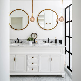 Immagine di una stanza da bagno padronale tradizionale di medie dimensioni con ante bianche, pareti bianche, lavabo sottopiano, ante con riquadro incassato, WC a due pezzi, piastrelle bianche, piastrelle diamantate, pavimento in marmo, top in marmo e doccia alcova