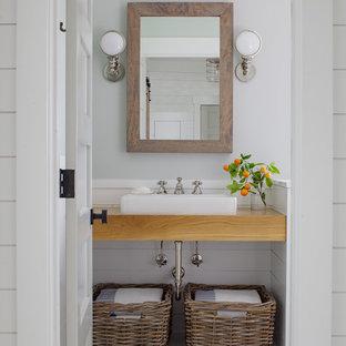 Foto di una piccola stanza da bagno stile marinaro con top in legno, lavabo a bacinella, pavimento bianco, pareti bianche e pavimento con piastrelle a mosaico