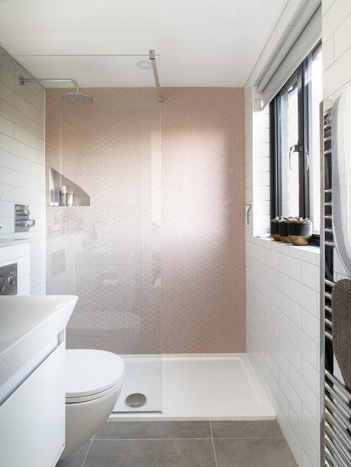 Kleines Modernes Badezimmer En Suite Mit Offener Dusche, Wandtoilette,  Rosafarbenen Fliesen, Keramikfliesen,