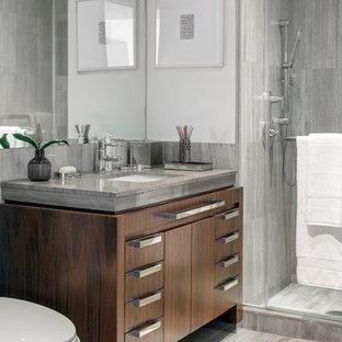 Mittelgroßes Modernes Badezimmer mit grauen Fliesen, Marmorfliesen, Marmorboden, Marmor-Waschbecken/Waschtisch, grauem Boden, grauer Waschtischplatte, verzierten Schränken, dunklen Holzschränken, weißer Wandfarbe und Unterbauwaschbecken in New York