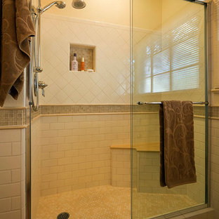 Esempio di una piccola stanza da bagno con doccia classica con lavabo sottopiano, ante in stile shaker, ante beige, top in quarzo composito, doccia alcova, WC monopezzo, piastrelle bianche, piastrelle diamantate, pareti beige e parquet chiaro