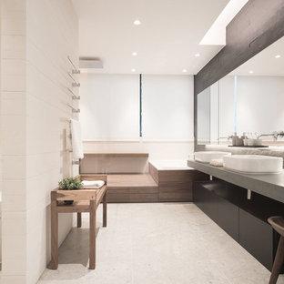 Großes Modernes Badezimmer En Suite mit schwarzen Schränken, Einbaubadewanne, offener Dusche, schwarzen Fliesen, Steinfliesen, beiger Wandfarbe, Kalkstein und Kalkstein-Waschbecken/Waschtisch in Hongkong