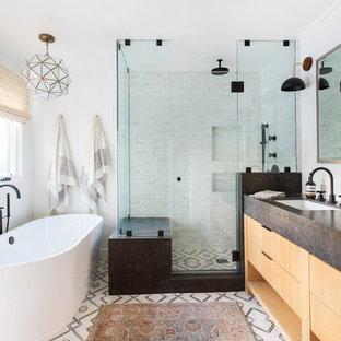 Klassisk inredning av ett mellanstort badrum med dusch, med släta luckor, skåp i ljust trä, ett fristående badkar, en hörndusch, beige kakel, tunnelbanekakel, vita väggar, ett undermonterad handfat, vitt golv och dusch med gångjärnsdörr