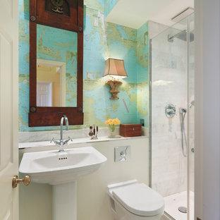 Modernes Badezimmer mit Sockelwaschbecken, Duschnische, Wandtoilette, weißen Fliesen, bunten Wänden und Mosaik-Bodenfliesen in London