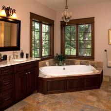 Traditional Bathroom by Bella Domicile