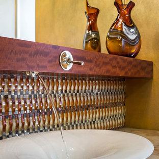 Ispirazione per una stanza da bagno american style di medie dimensioni con lavabo a bacinella e piastrelle di vetro