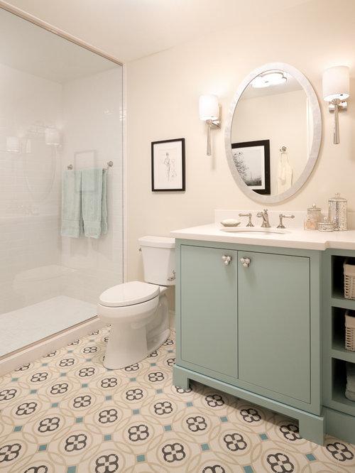 salle de bain avec des portes de placards vertess et un carrelage m tro photos et id es d co. Black Bedroom Furniture Sets. Home Design Ideas