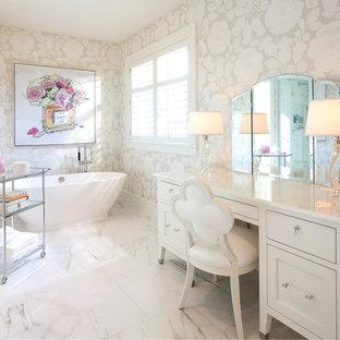 Ispirazione per una grande stanza da bagno padronale tradizionale con consolle stile comò, vasca freestanding, pareti beige, ante bianche e pavimento in marmo