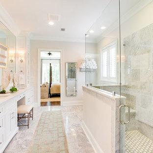 Свежая идея для дизайна: большая главная ванная комната в классическом стиле с фасадами с декоративным кантом, белыми фасадами, отдельно стоящей ванной, угловым душем, белой плиткой, мраморной плиткой, белыми стенами, мраморным полом, врезной раковиной, мраморной столешницей, желтым полом, душем с распашными дверями и белой столешницей - отличное фото интерьера