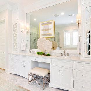 Diseño de cuarto de baño principal, tradicional, grande, con armarios con rebordes decorativos, puertas de armario blancas, bañera exenta, ducha esquinera, baldosas y/o azulejos blancos, baldosas y/o azulejos de mármol, paredes blancas, suelo de mármol, lavabo bajoencimera, encimera de mármol, suelo amarillo, ducha con puerta con bisagras y encimeras blancas