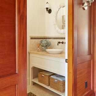 ボストンの中くらいのビーチスタイルのおしゃれな浴室 (白いキャビネット、白い壁、モザイクタイル、ベッセル式洗面器、御影石の洗面台、ベージュの床、ベージュのカウンター) の写真
