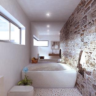 Diseño de cuarto de baño principal, rural, grande, con jacuzzi, combinación de ducha y bañera, sanitario de pared, paredes blancas, lavabo sobreencimera y encimera de madera