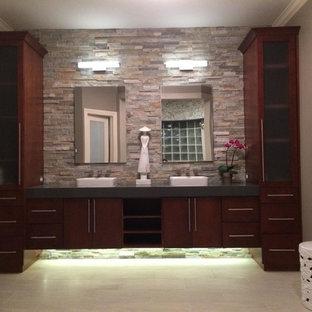 Modelo de cuarto de baño principal, asiático, grande, con armarios con paneles lisos, puertas de armario de madera en tonos medios, baldosas y/o azulejos beige, baldosas y/o azulejos grises, baldosas y/o azulejos de piedra, paredes grises, suelo de baldosas de cerámica, lavabo de seno grande y suelo gris