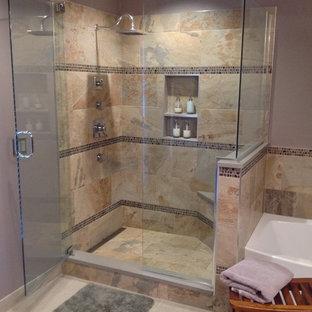 Esempio di una stanza da bagno padronale classica di medie dimensioni con vasca ad alcova, doccia ad angolo, piastrelle multicolore, piastrelle di vetro, pareti viola e pavimento in gres porcellanato