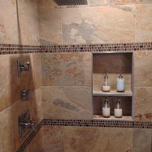 Foto di una stanza da bagno padronale classica di medie dimensioni con vasca ad alcova, doccia ad angolo, piastrelle multicolore, piastrelle in gres porcellanato, pareti viola e pavimento in gres porcellanato