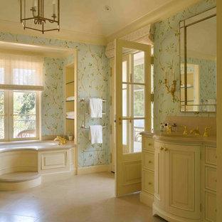 Großes Klassisches Badezimmer En Suite mit profilierten Schrankfronten, beigen Schränken, Eckbadewanne, blauer Wandfarbe, Keramikboden, Einbauwaschbecken und beigem Boden