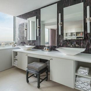 Esempio di una grande stanza da bagno padronale design con ante lisce, ante bianche, piastrelle a mosaico, lavabo a bacinella, pavimento beige, pareti viola, pavimento in pietra calcarea e top in superficie solida