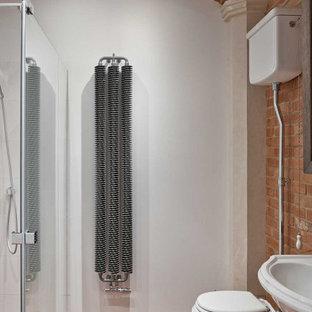 Ispirazione per una stanza da bagno per bambini country di medie dimensioni con doccia aperta, WC a due pezzi, piastrelle bianche, pareti rosse, pavimento in mattoni, lavabo sospeso, top in legno, pavimento rosso e top marrone