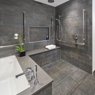 Imagen de cuarto de baño principal, moderno, grande, con bañera empotrada, ducha abierta, baldosas y/o azulejos grises, paredes grises, suelo gris y ducha abierta