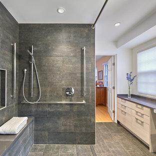 Пример оригинального дизайна: большая главная ванная комната в современном стиле с ванной в нише, открытым душем, серой плиткой, серыми стенами, серым полом, открытым душем, нишей и сиденьем для душа