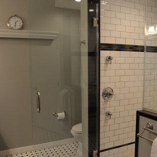Ispirazione per una stanza da bagno con doccia classica di medie dimensioni con doccia alcova, piastrelle multicolore, ante con bugna sagomata, ante in legno bruno, WC a due pezzi, piastrelle a listelli, pareti grigie, pavimento in linoleum, lavabo sottopiano e top in quarzo composito