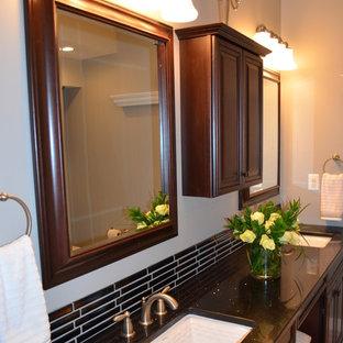 Immagine di una stanza da bagno con doccia tradizionale di medie dimensioni con lavabo sottopiano, ante con bugna sagomata, ante in legno bruno, doccia alcova, WC a due pezzi, piastrelle multicolore, piastrelle a listelli, pareti grigie, pavimento in linoleum e top in quarzo composito