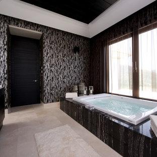 Großes Stilmix Badezimmer En Suite mit schwarzen Schränken, Whirlpool, schwarzen Fliesen und schwarzer Wandfarbe in Sonstige