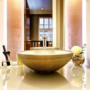Ispirazione per una grande stanza da bagno per bambini etnica con vasca ad angolo, WC sospeso, piastrelle beige, pareti beige e top in vetro