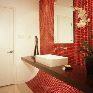 Salle de bain avec un carrelage rouge et un plan de toilette ...