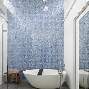 Foto de cuarto de baño retro con bañera exenta