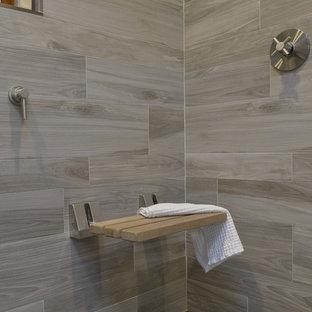 Создайте стильный интерьер: главная ванная комната среднего размера в стиле модернизм с фасадами островного типа, серыми фасадами, двойным душем, унитазом-моноблоком, коричневой плиткой, керамогранитной плиткой, белыми стенами, полом из керамогранита, врезной раковиной, стеклянной столешницей, коричневым полом и душем с распашными дверями - последний тренд