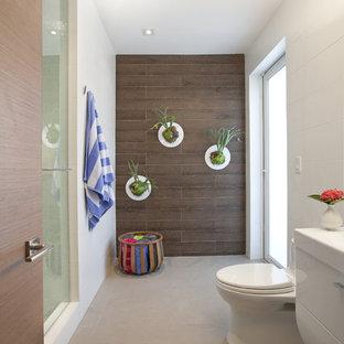Immagine di una stanza da bagno minimalista con ante bianche, doccia alcova, WC monopezzo e piastrelle marroni
