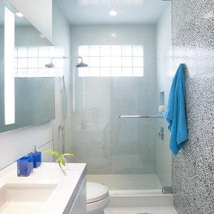 Esempio di una stanza da bagno design con lavabo sottopiano, ante lisce, ante bianche, doccia alcova e piastrelle multicolore