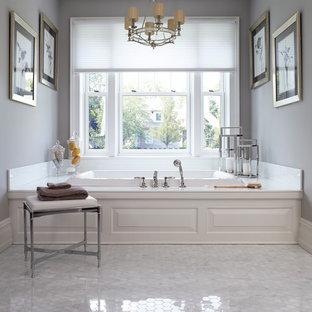 Inspiration för stora klassiska en-suite badrum, med luckor med upphöjd panel, ett platsbyggt badkar och grå väggar