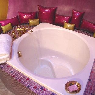 Ispirazione per una piccola stanza da bagno boho chic con piastrelle multicolore e piastrelle di vetro