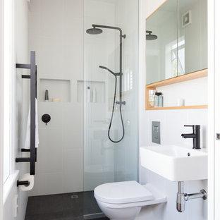 На фото: маленькая ванная комната в стиле фьюжн с открытым душем, инсталляцией, черно-белой плиткой, керамогранитной плиткой, светлыми деревянными фасадами, белыми стенами, полом из керамогранита и подвесной раковиной с
