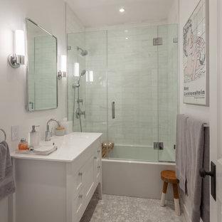 Exempel på ett klassiskt vit vitt badrum med dusch, med möbel-liknande, vita skåp, ett badkar i en alkov, en dusch/badkar-kombination, vit kakel, marmorkakel, vita väggar, mosaikgolv, ett integrerad handfat, grått golv och dusch med gångjärnsdörr