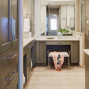 Mittelgroßes Klassisches Badezimmer En Suite mit Schrankfronten mit vertiefter Füllung, grünen Schränken, Eckdusche, Toilette mit Aufsatzspülkasten, beigefarbenen Fliesen, Fliesen aus Glasscheiben, grauer Wandfarbe, Porzellan-Bodenfliesen, Unterbauwaschbecken, Terrazzo-Waschbecken/Waschtisch, beigem Boden, Falttür-Duschabtrennung und weißer Waschtischplatte in Jacksonville