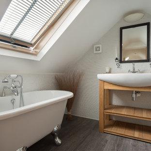 Cette photo montre une petit salle de bain chic avec une vasque, un placard sans porte, une baignoire sur pieds, un carrelage blanc, des carreaux de céramique, un sol en bois foncé, des portes de placard en bois brun et un mur blanc.