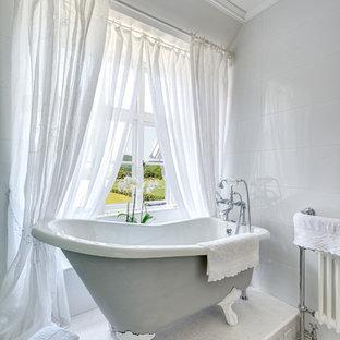 Klassisches Badezimmer mit Löwenfuß-Badewanne in Devon