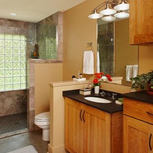 Idée de décoration pour une salle d'eau craftsman de taille moyenne avec un placard à porte shaker, des portes de placard en bois brun, une douche à l'italienne, un WC séparé, un carrelage marron, du carrelage en marbre, un mur beige, un sol en linoléum, un lavabo encastré, un plan de toilette en stéatite, un sol marron, aucune cabine et un plan de toilette noir.